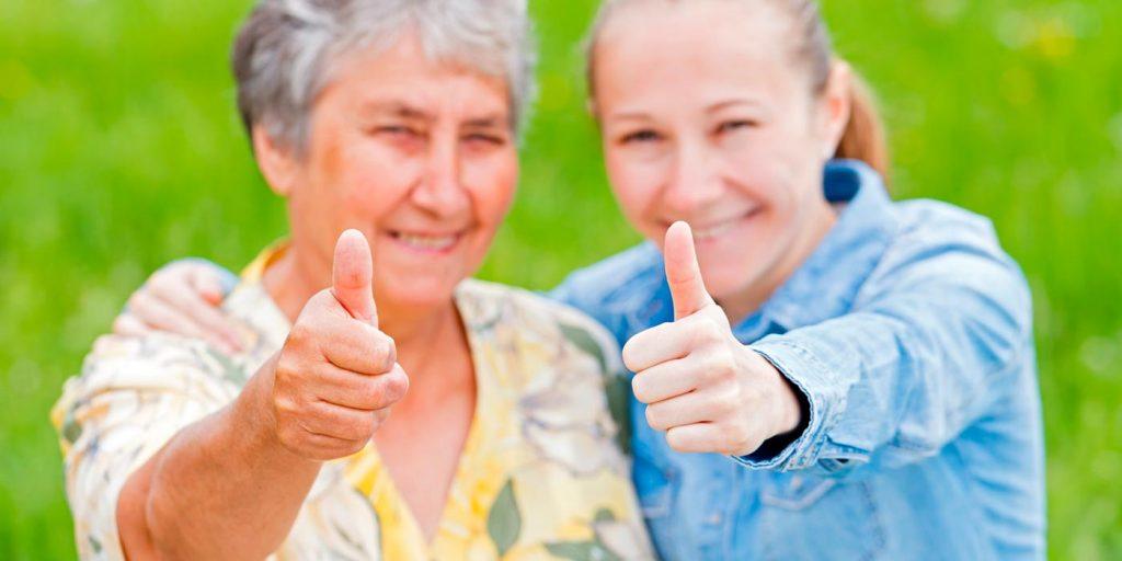 Préposée et bénéficiaire souriantes