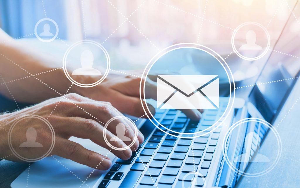 Mains tappant l'ordinateur. Envoi d'infolettres aux membres du Réeseau de coopération des EÉSAD ou toutes communications du genre.